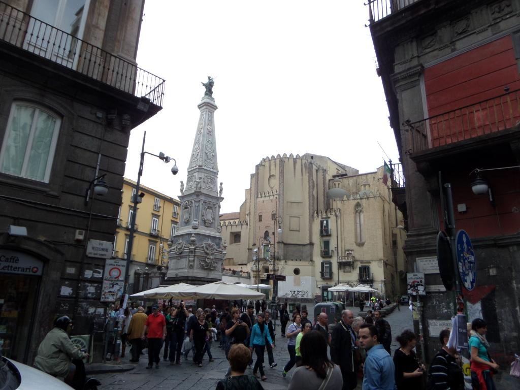 Pestsäule in Neapel auf der Piazza San Domenico Maggiore 1556