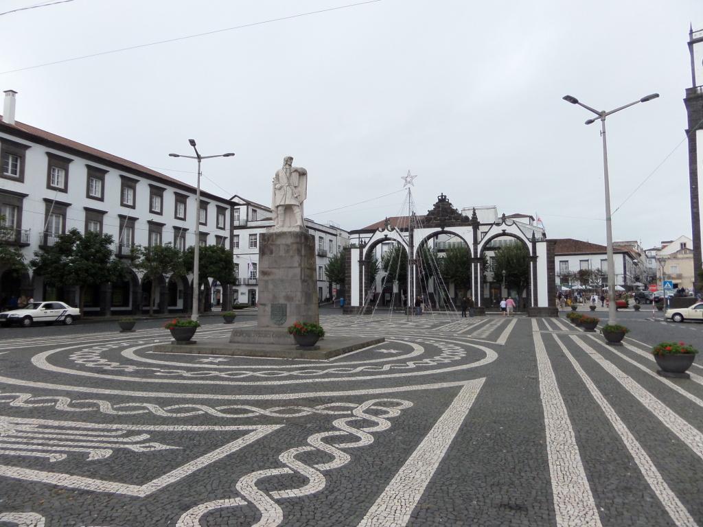 Platz Avenida Infante Dom Henrique