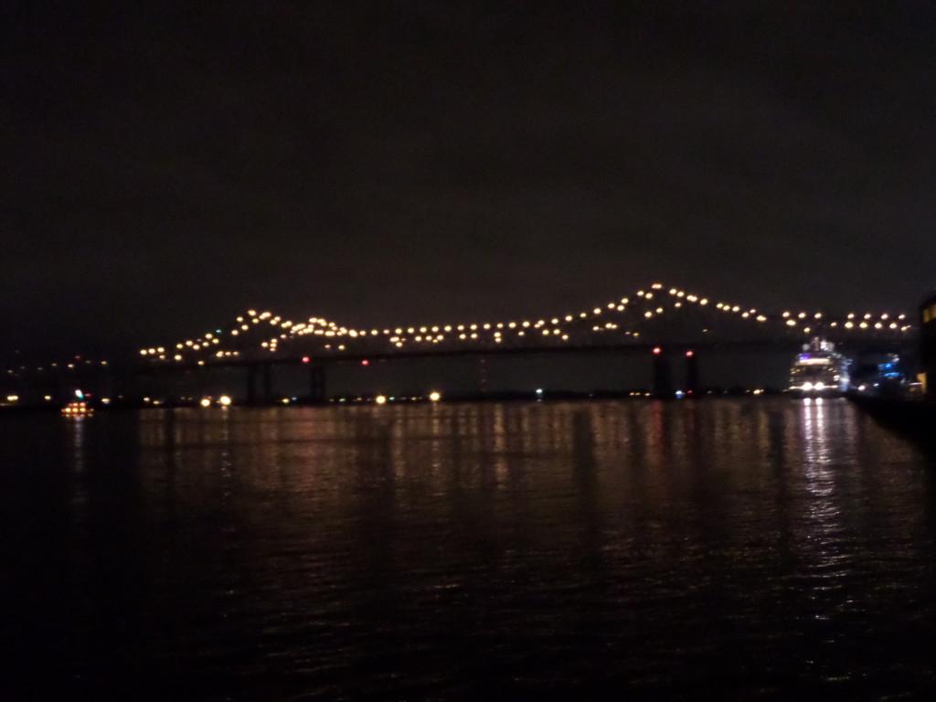 Brücke über den Mississippi bei Nacht