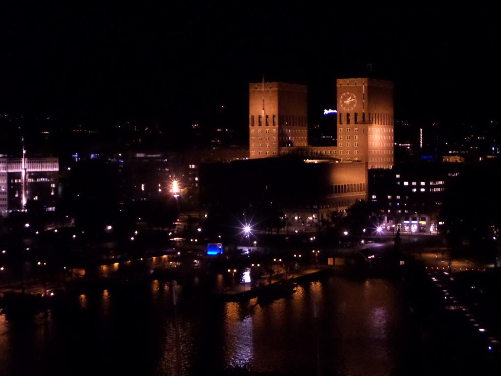 Wahrzeichen Rathaus von Oslo bei Nacht